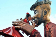 22 Straßenkulturfest-Umsonst und Draussen Compagnie with Balls  Riesen Figuren Strassenkultur, Strassenkulturfest, Straßenkultur, Straßenkulturfest